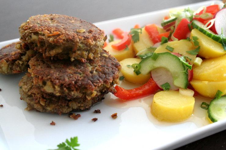 Veganer Kartoffelsalat mit veganen Frikadellen