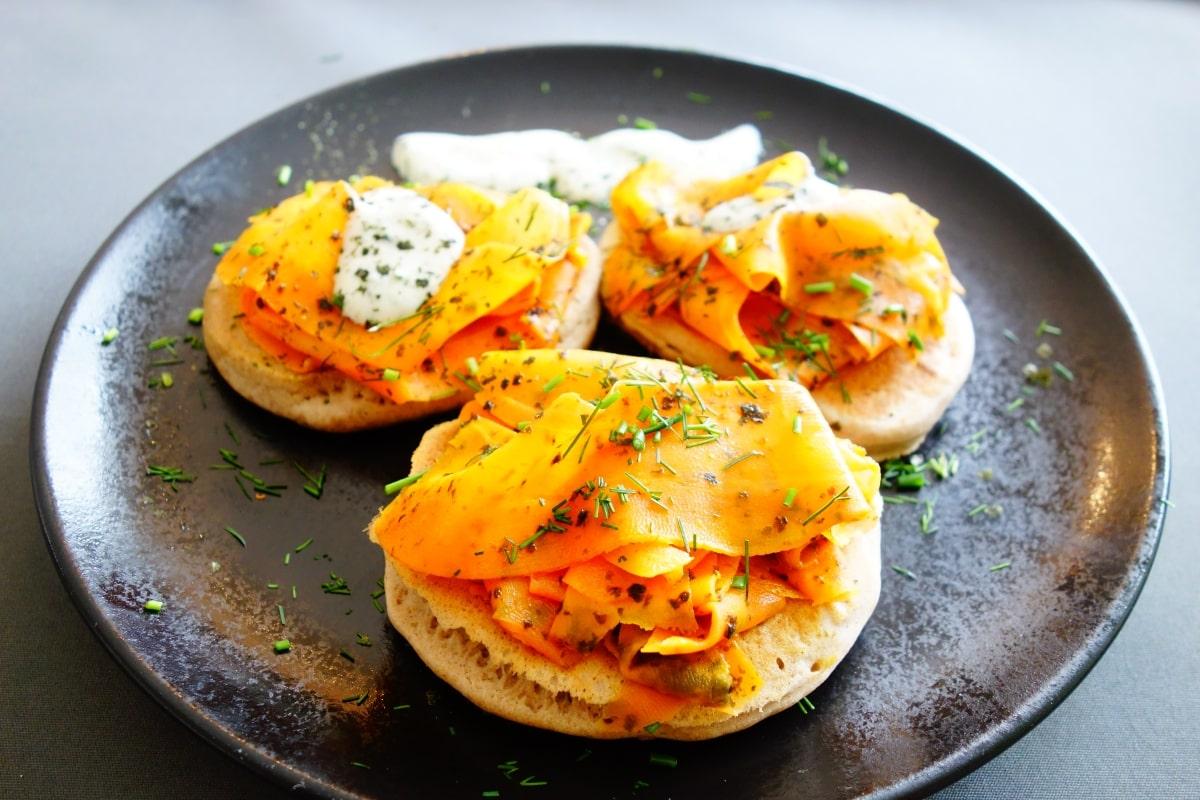 Karottenlachs mit Buchweizen Pancakes