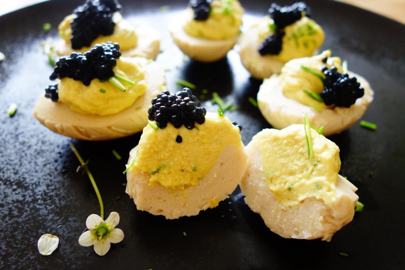 Vegane Russische Eier aufgeschnitten mit Kaviar